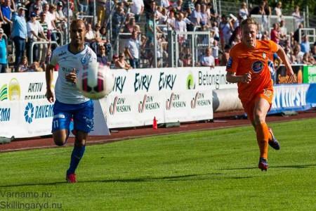 Issam Jebali (11) löper.  Som så ofta bäst i IFK.