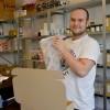 Dzanan Zenicanin har fullt upp med att skicka paket från web-butiken.