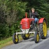 Gammal traktor i nyskick.