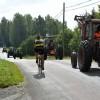 Cyklisterna hade inga problem att köra förbi traktorerna.