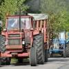 Många traktorer hade släp med passagerare.