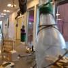 En installation med flaskor. Dessa var hela från början men gick sönder av en olyckshändelse. Resultatet blev lysande.